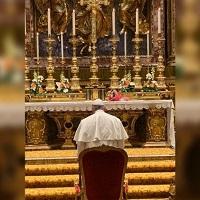 El Papa reza en Santa María La Mayor por su viaje a Asia