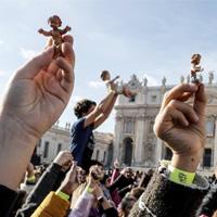 Papa bendice las estatuillas del Niño Jesús para los pesebres