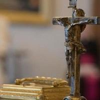 En estos días santos, Crucifijo y Evangelio